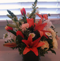 Mixed arrangement w/square vase